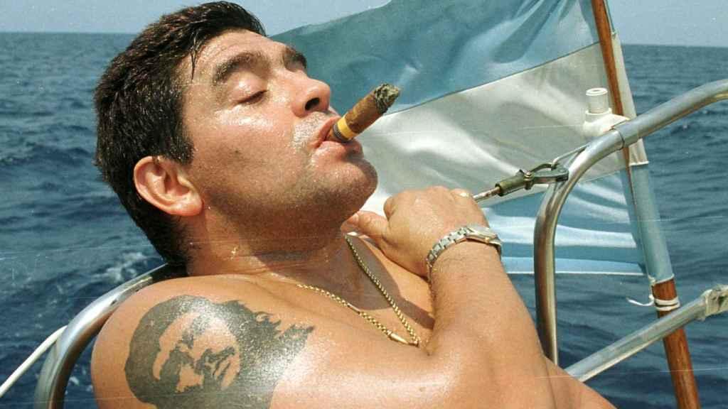 Maradona fumando un Cohíba mientras navega en aguas de la Habana.