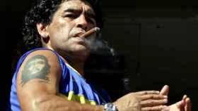 Diego Armando Maradona fumándose un puro.