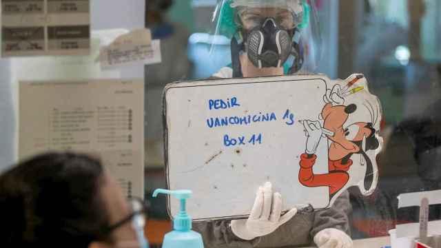 Una enfermera de UCI pide medicación en el Hospital Clínico Lozano Blesa de Zaragoza. EFE/Javier Cebollada