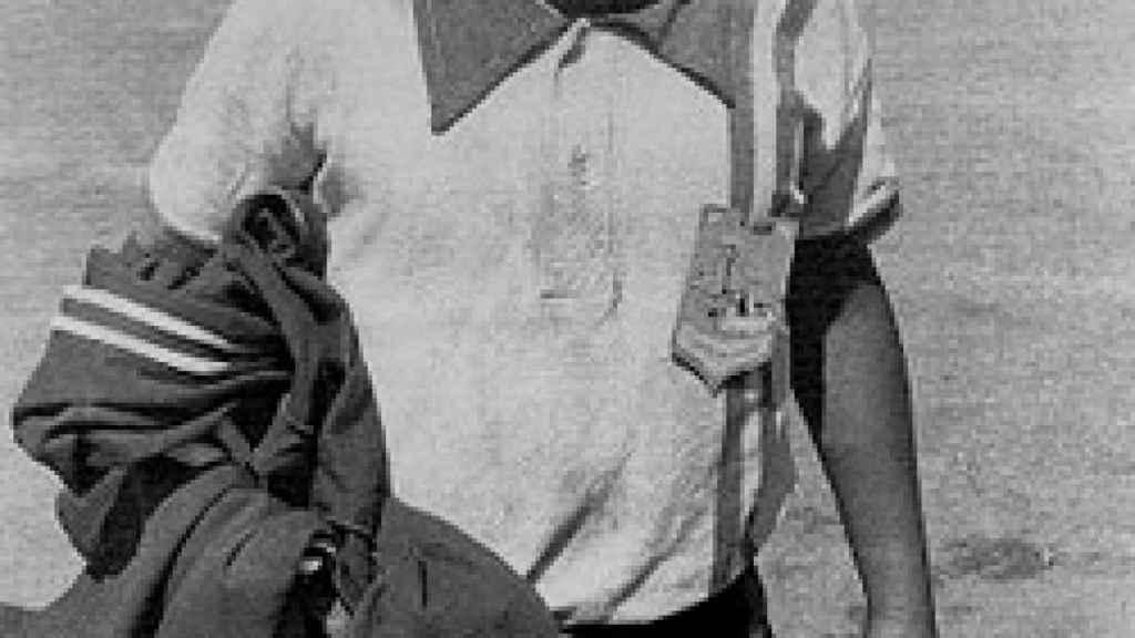 Diego Maradona, con apenas 10 años, posa con su camiseta de Argentinos Jrs., más conocidos como 'Los Cebollitas'.