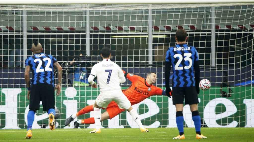 Eden Hazard adelanta al Real Madrid con un gol de penalti al Inter de Milán