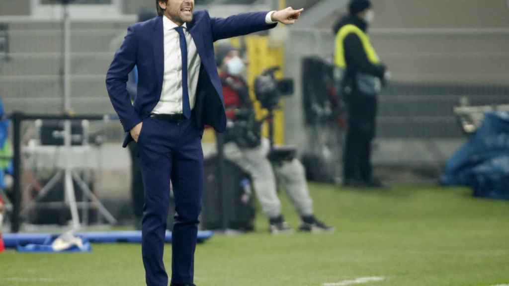 Conte da órdenes a los jugadores del Inter de Milán desde la banda