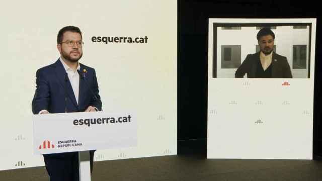 Pere Aragonès, presidente en funciones de la Generalitat y coordinador de ERC, junto a Gabriel Rufián, en rueda de prensa.