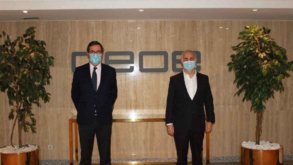 Antonio Garamendi, presidente de CEOE, y Antonio Coimbra, presidente de Vodafone España, en la firma del acuerdo de adhesión de la operadora a la patronal.