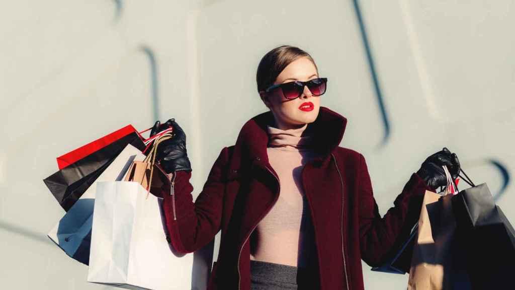 Una compradora tras salir de tiendas.