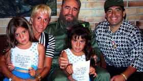 Fidel Castro posa en La Habana junto a Maradona y su mujer Claudia Villafañe y sus dos hijos.