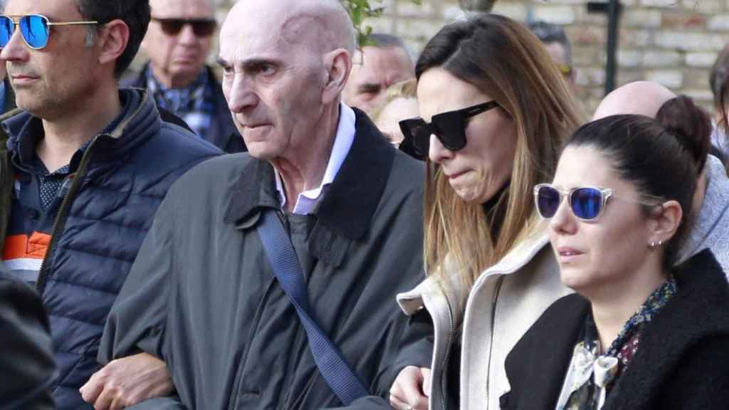Padre e hija en el funeral de Mayte Vázquez, madre de Irene.
