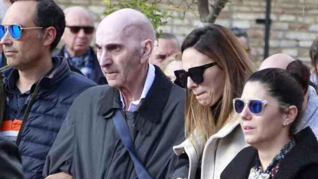 Irene Rosales junto a su padre, Manuel Rosales, en el funeral de Mayte Vázquez.