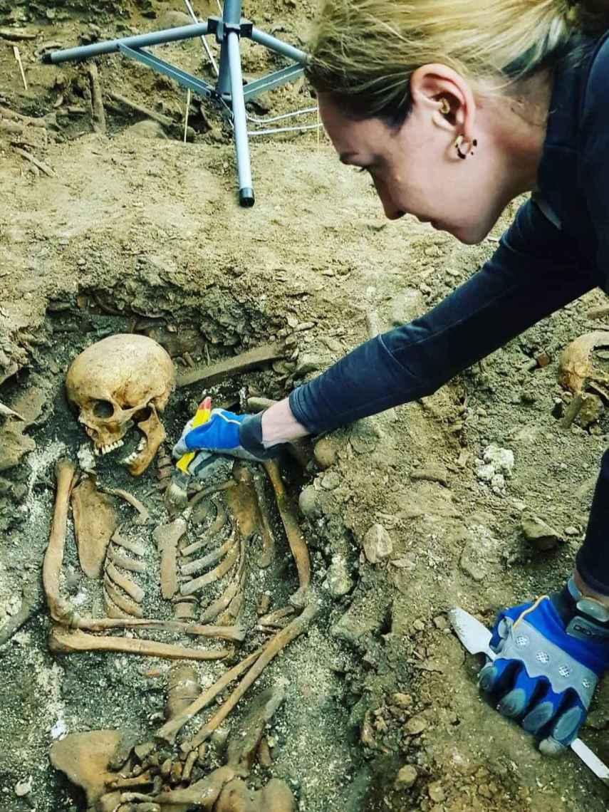La osteoarqueóloga Emma Bonthorne trabajando sobre uno de los cadáveres.