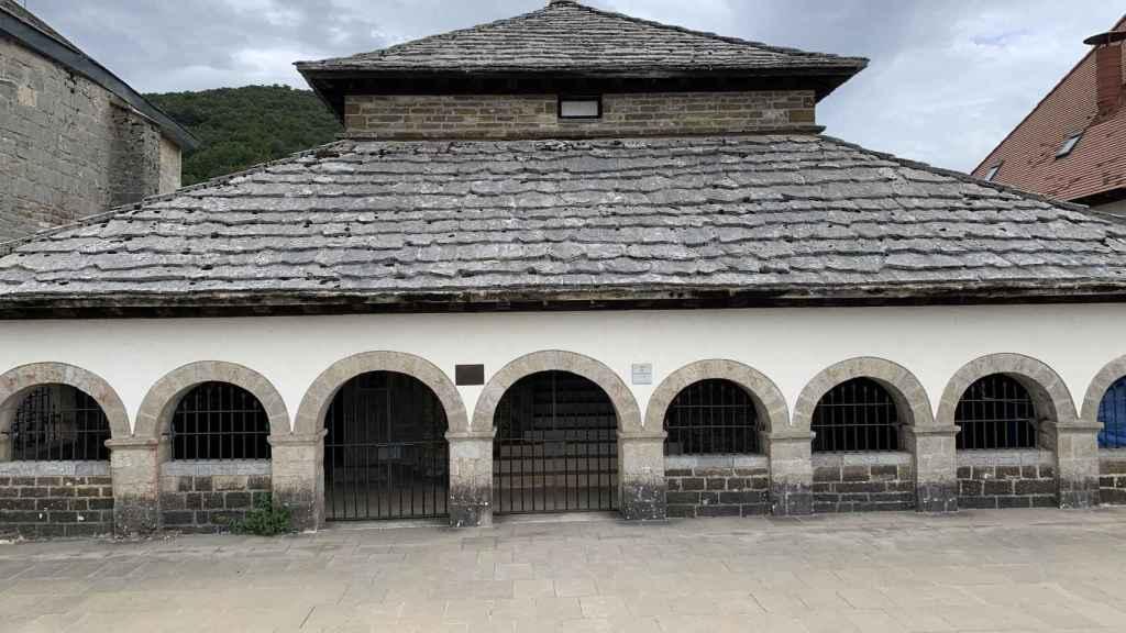 Fachada principal del Silo de Carlomagno, en Roncesvalles.