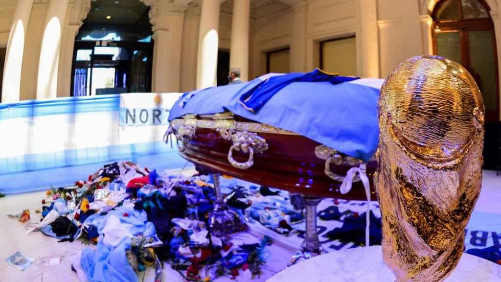 Féretro se Diego Armando Maradona en su velatorio en la 'Casa Rosada'