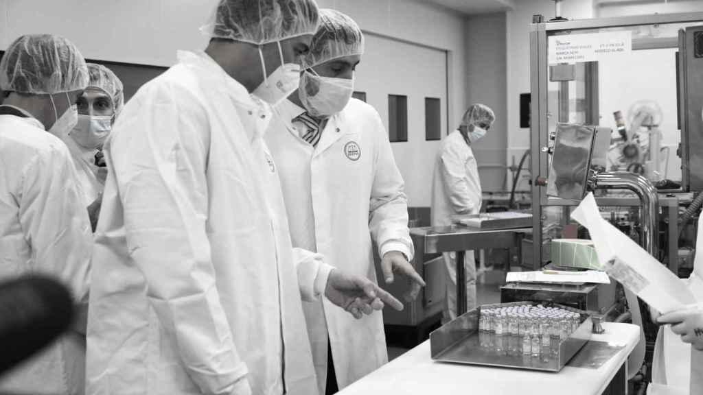 El presidente del Gobierno, Pedro Sánchez, visita un laboratorio.