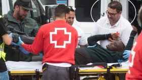 Iván Lima (primero por la derecha), ayudando en las labores de asistencia a un inmigrante llegado a Tarifa (Cádiz).