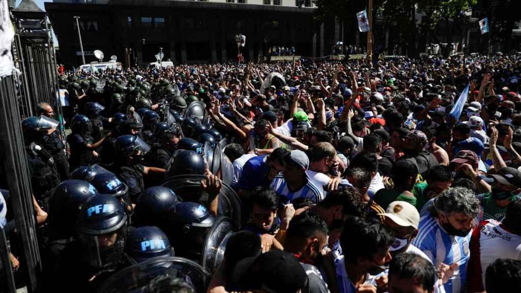Disturbios para entrar al velatorio de Maradona