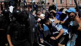 Disturbios en la Casa Rosada intentando entrar a ver el féretro de Maradona