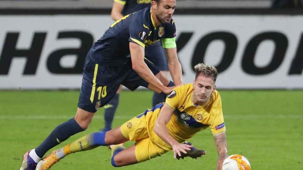 Villarreal y Maccabi pelean un balón