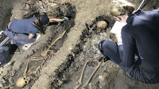 Dos investigadoras excavando en el Silo de Carlomagno.