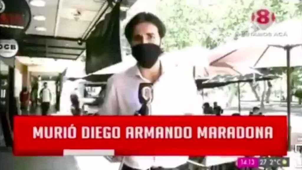 Periodista argentino cubriendo la muerte de Maradona