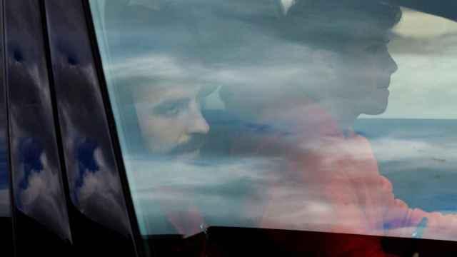 Gerard Piqué en su coche saliendo de la Ciudad Deportiva Joan Gamper
