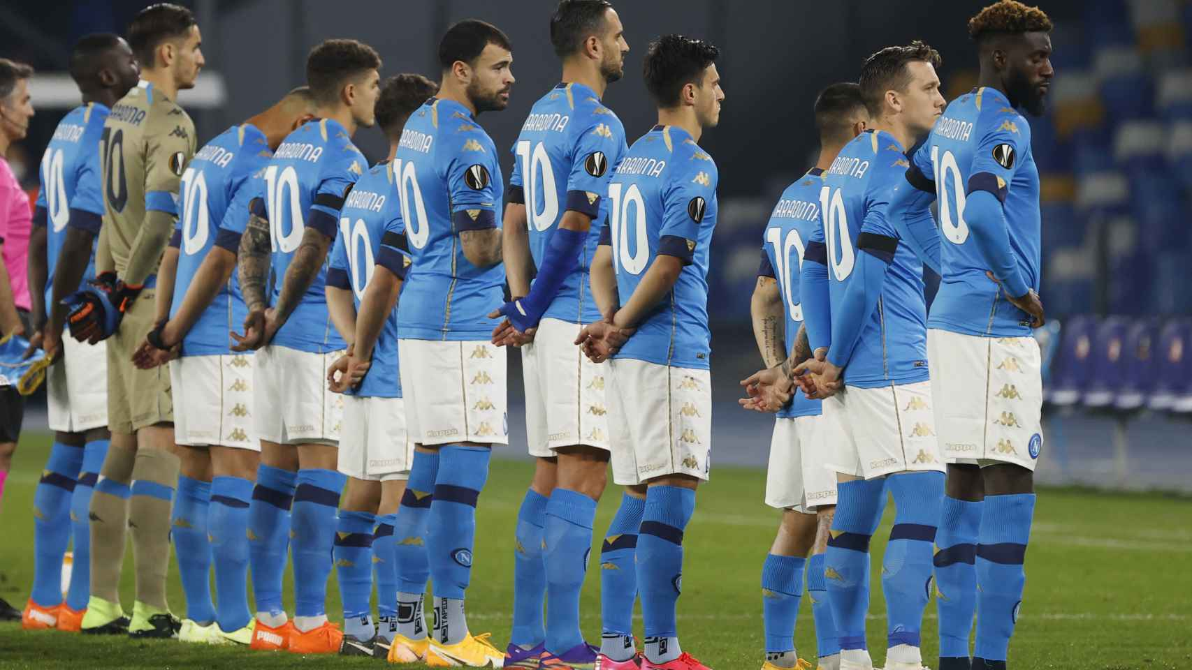La plantilla del Nápoles homenaje a Maradona