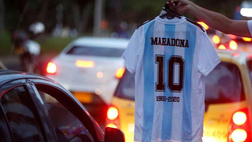 Un hombre vende camisetas de Maradona