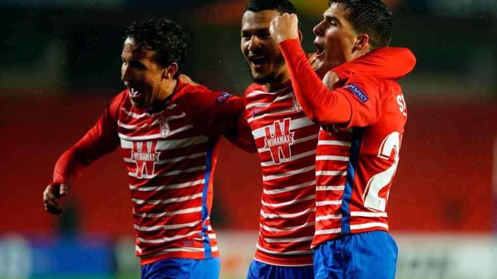 Los jugadores del Granada celebran su gol en Europa League