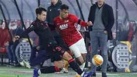 Real Sociedad y AZ Alkmaar pelean un balón