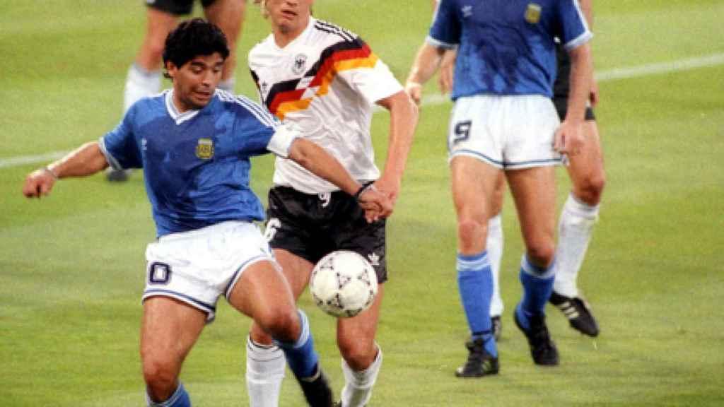 Maradona controla un balón ante la presión de Buchwald en la final del Mundial de 1990