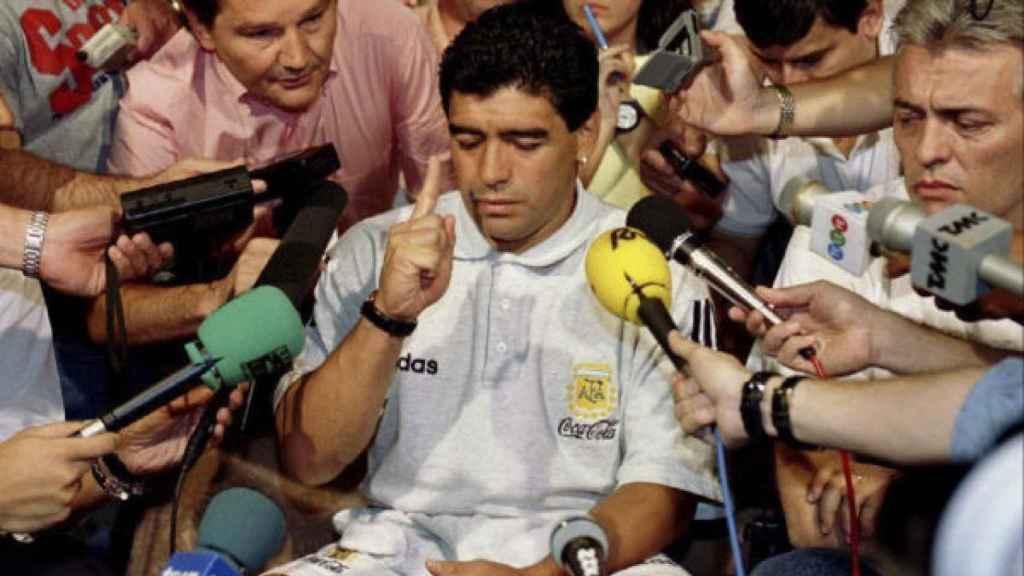 Diego Armando Maradona atiende a los medios tras su expulsión del Mundial de 1994