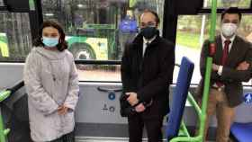 La alcaldesa de Ciudad Real, Pilar Zamora, y el concejal de Movilidad, David Serrano, presentan los tres nuevos autobuses urbanos que se han adquirido dentro de la Estrategia de Desarrollo Urbano