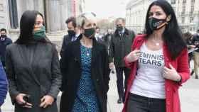 Carla Toscano, a la derecha con la polémica camiseta, acompañada por otros diputados, entre ellos la toledana Inés Cañizares, en el centro. Detrás se distingue al también diputado ciudadrealeño de Vox Ricardo Chamorro