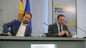 El vicepresidente Pablo Iglesias y el ministro José Luis Ábalos en la sala de prensa de Moncloa.