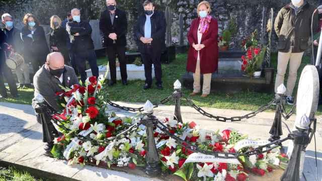 El presidente del PNV, Andoni Ortuzar, visitó este miércoles junto a otros dirigentes la tumba de Sabino Arana en Sukarrieta.