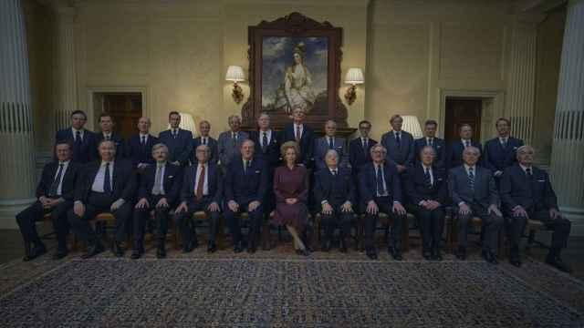 Margaret Thatcher y su primer gabinete formado solo por hombres en 'The Crown'.