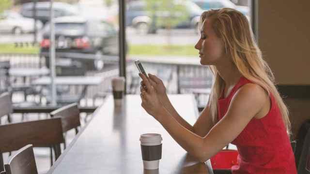 Una usuaria de teléfono móvil