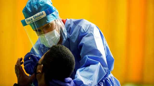 Un sanitario realiza un test PCR a un sospechoso positivo de coronavirus.