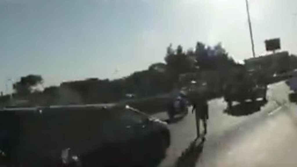 El coche fúnebre de Maradona, a punto de atropellar a un hombre