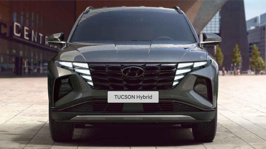 Aspecto de la iluminación en forma de 'alas de ángel' en la parrilla frontal del nuevo Tucson.