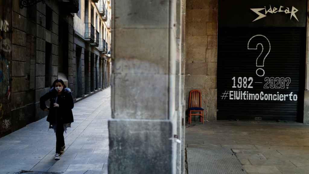Una mujer paseando por una calle de Barcelona.