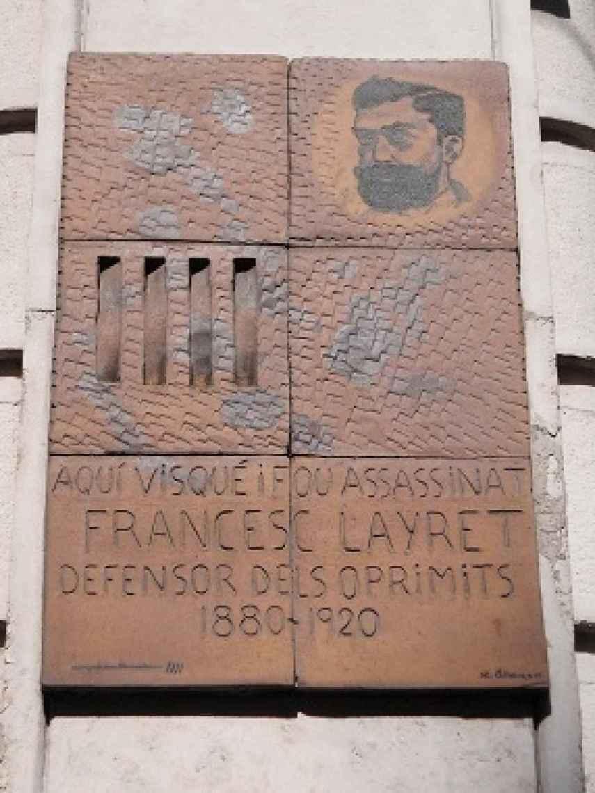 Placa conmemorativa en el lugar donde fue asesinado Layret.