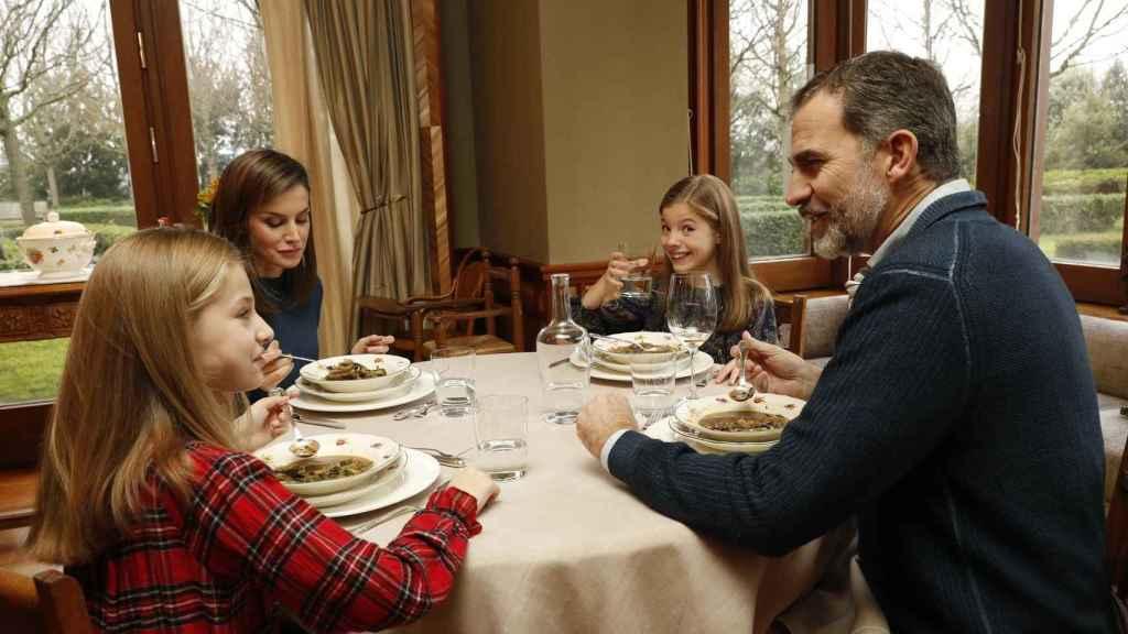 Los Reyes Felipe y Letizia, comiendo junto a sus hijas, la princesa Leonor y la infanta Sofía.