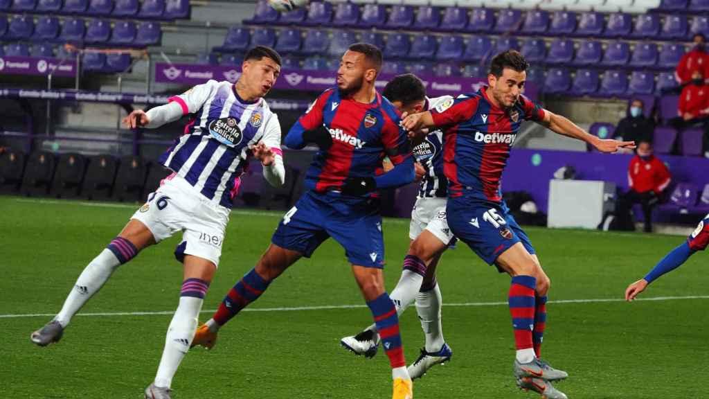Levante y Valladolid pelean un balón