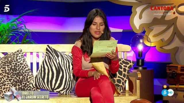 Isa Pantoja leyendo el telegrama en 'La casa fuerte 2'.