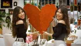 Cristina y Marisa Zapata, las camareras gemelas de 'First Dates'.