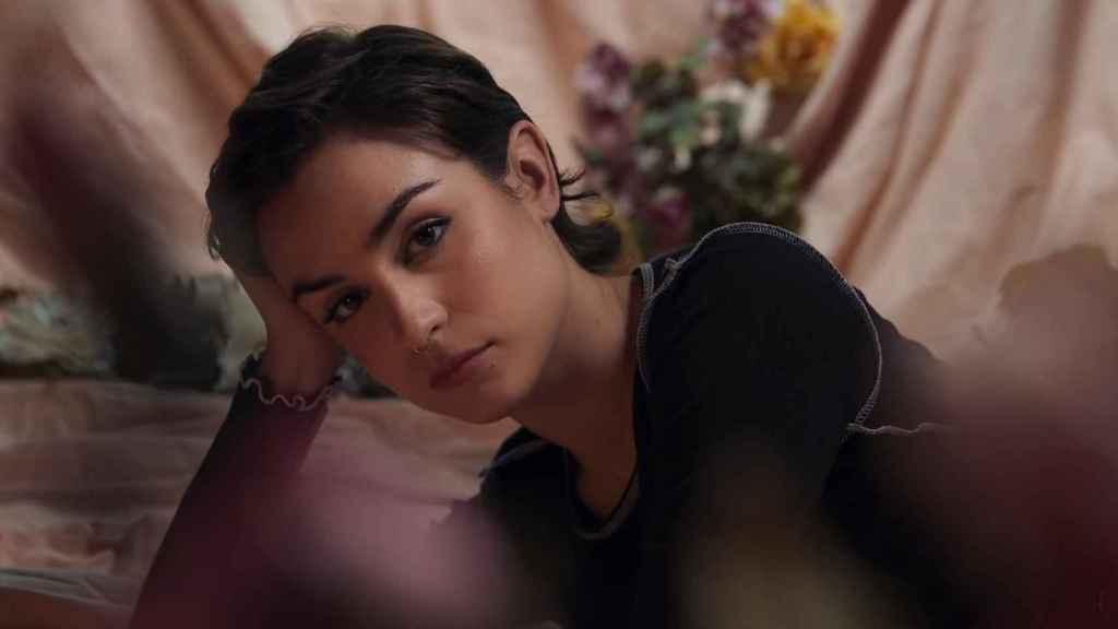 Natalia Lacunza en un 'frame' del videoclip de 'Algo duele más'.
