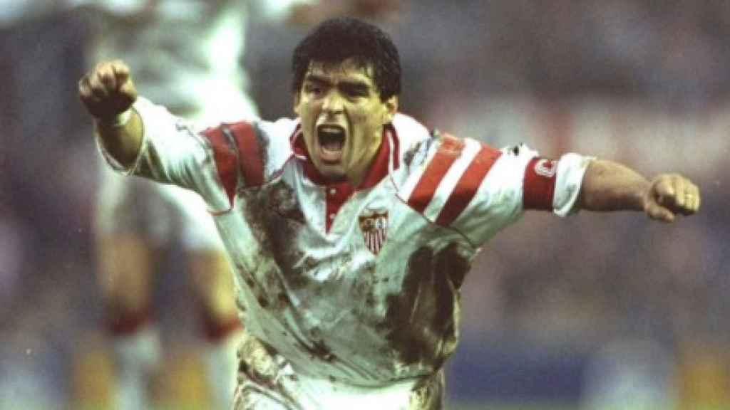 Maradona celebra un gol con el Sevilla
