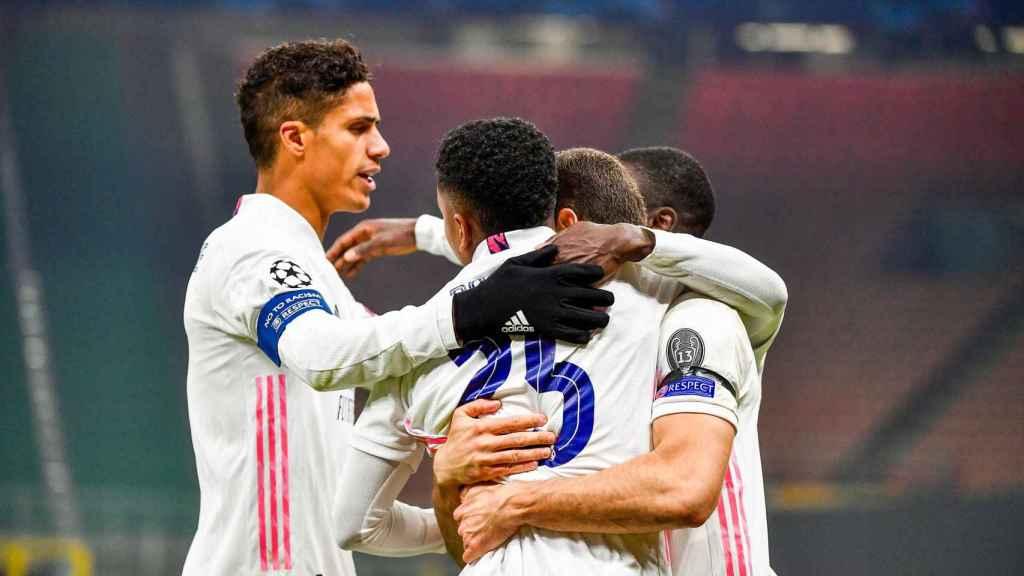 Varane y Nacho celebran con Rodrygo su gol contra el Inter