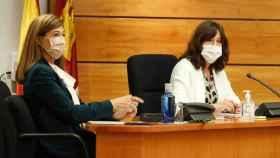 Pilar Callado (i), directora del Instituto de la Mujer, y Blanca Fernández (d), consejera de Igualdad, este viernes en las Cortes regionales