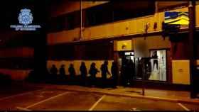 Momento en que los agentes acceden al domicilio de uno de los remesadores del Estado Islámico.