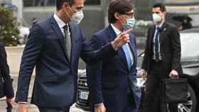 Pedro Sánchez  y Salvador Illa este viernes a su llegada al Hospital de La Paz de Madrid. Efe
